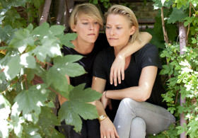 Fotografie Zwillinge auf Treppe; Berlin